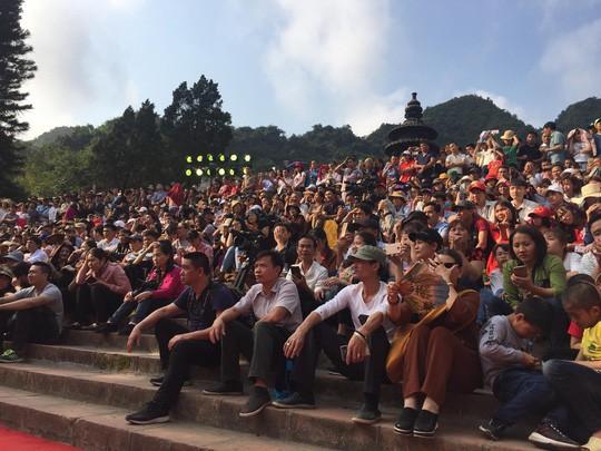 Hàng vạn người đổ về chùa Hương ngày khai hội - Ảnh 3.