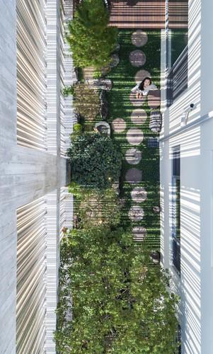 Nhà phố lạ mắt với mặt tiền lưới mưa làm từ thép ống - Ảnh 3.