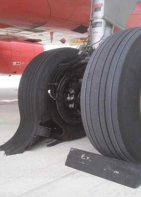 Máy bay hỏng lốp sau khi hạ cánh xuống Tân Sơn Nhất - Ảnh 1.