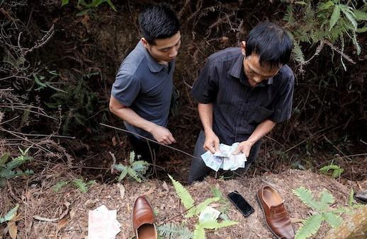 Bị vây bắt, 24 con bạc đang sát phạt trên đồi ném tiền, lao xuống hố ẩn nấp - Ảnh 3.