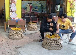 Quán cà phê dùng bu gà làm bàn cho khách ở Quảng Ngãi - Ảnh 1.