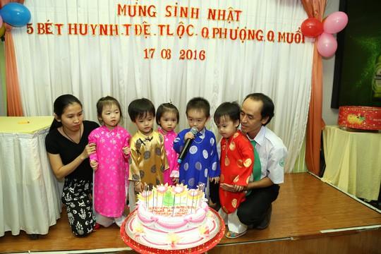 (gui ba hoi dong bai dang ngay 28 Tet)Ca sinh 5 đầu tiên ở Việt Nam bây giờ ra sao? - Ảnh 9.