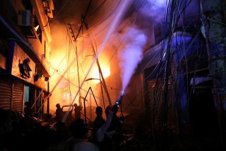 Không chạy được do kẹt xe, gần 70 người chết thảm trong đám cháy - Ảnh 2.