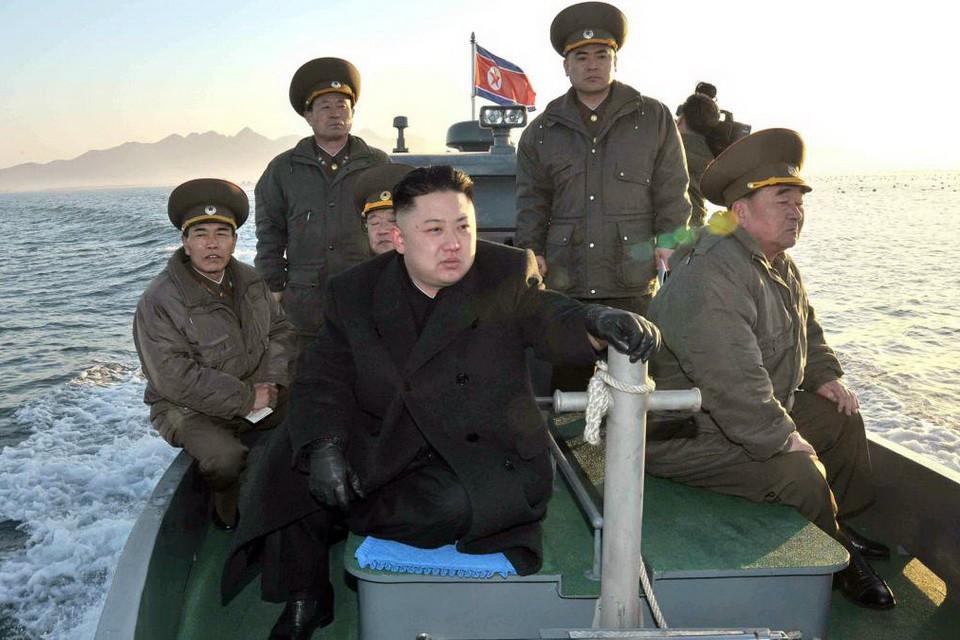 [eMagazine] Chủ tịch Triều Tiên Kim Jong-un và những vòng bảo vệ nghiêm ngặt - Ảnh 4.