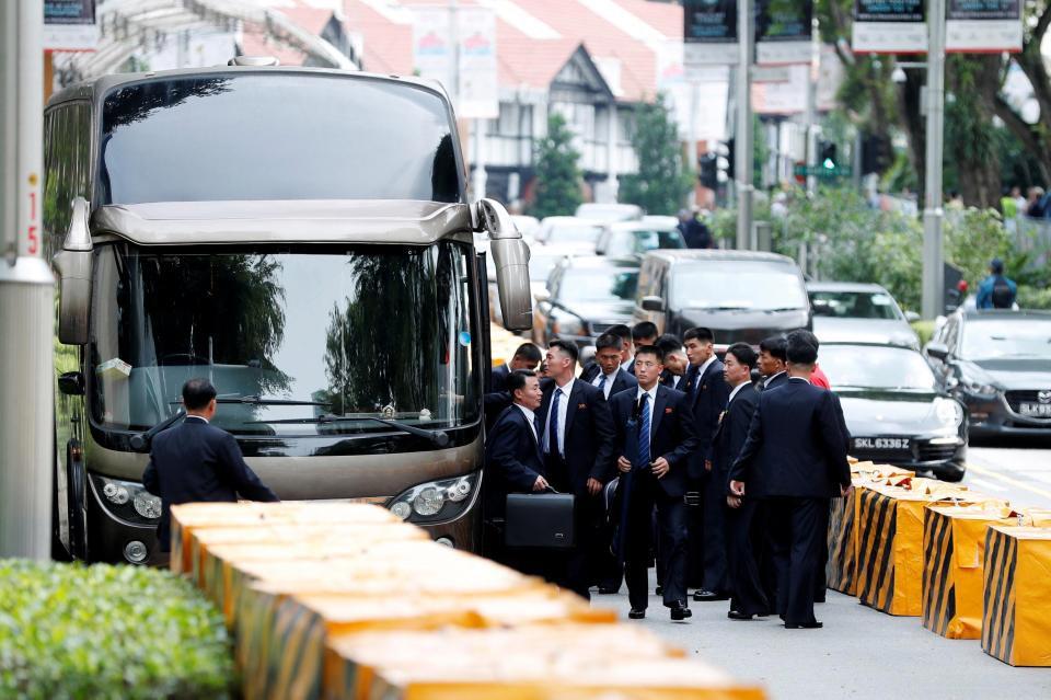 [eMagazine] Chủ tịch Triều Tiên Kim Jong-un và những vòng bảo vệ nghiêm ngặt - Ảnh 14.