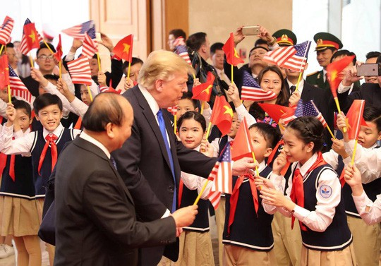 Tổng thống Donald Trump trao Thủ tướng Nguyễn Xuân Phúc lá quốc kỳ Mỹ - Ảnh 3.