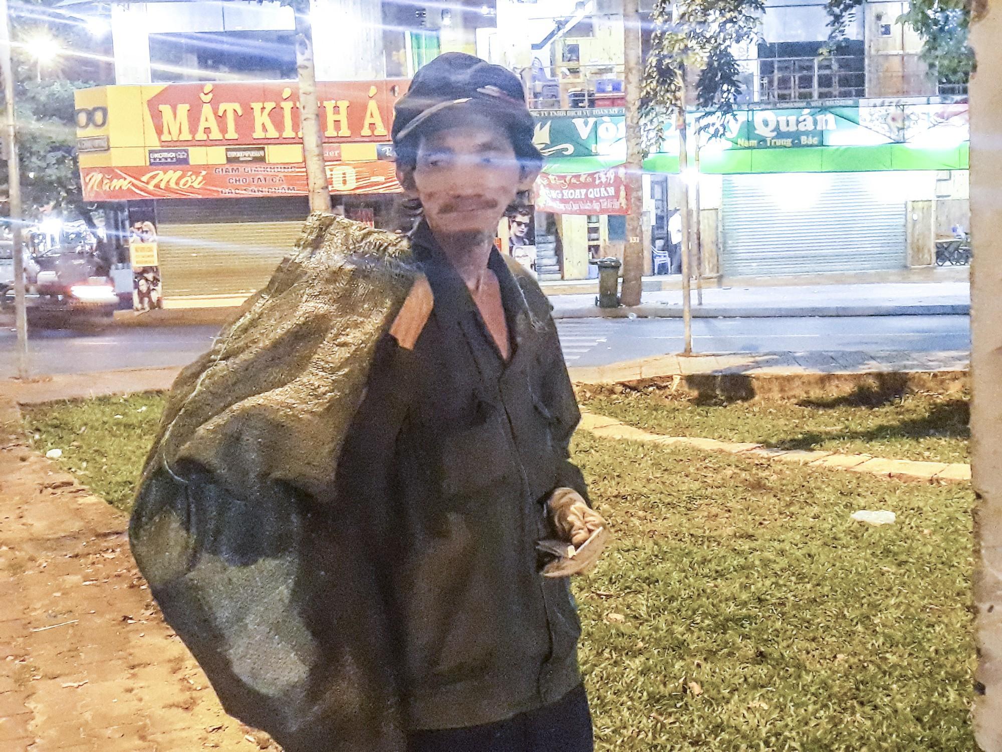 [eMagazine] - Sài Gòn dịp Tết và những mảnh đời vô gia cư - Ảnh 8.