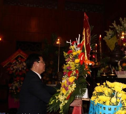Phó Thủ tướng Vương Đình Huệ dâng hương tại Khu di tích Kim Liên trong đêm giao thừa - Ảnh 1.