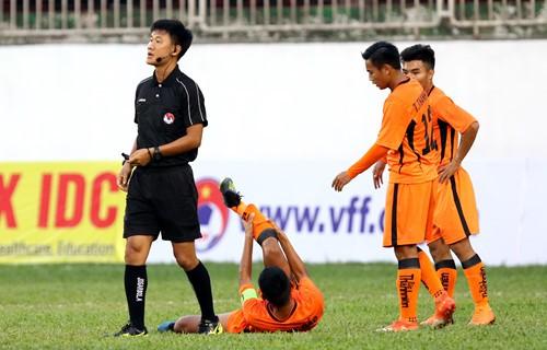 HLV lên tiếng về lý do cầu thủ U19 Đà Nẵng gãy chân khi đấu HAGL - ảnh 2