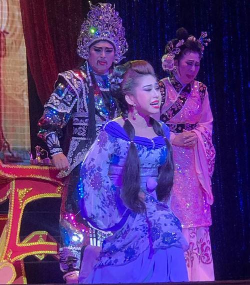 Hậu duệ tuồng cổ Huỳnh Long giữ sàn diễn sáng đèn - Ảnh 1.