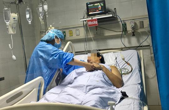 Lần đầu tiên Việt Nam chia gan từ 1 người hiến chết não cứu sống 2 bệnh nhân - Ảnh 1.