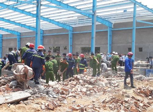 Khởi tố vụ sập tường khiến 6 người chết ở Vĩnh Long - Ảnh 1.