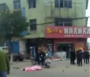 Trung Quốc: Cảnh sát nổ súng ngăn tài xế lao vào đám đông - Ảnh 1.