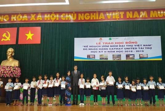 Trao 1.200 suất học bổng cho học sinh nghèo, hiếu học tại Quảng Nam và TP HCM - Ảnh 1.
