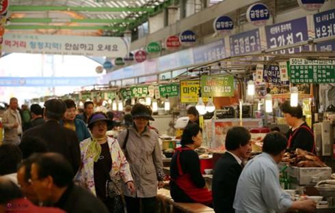 Khám phá ẩm thực tại ngôi chợ cổ nhất Seoul - Ảnh 1.