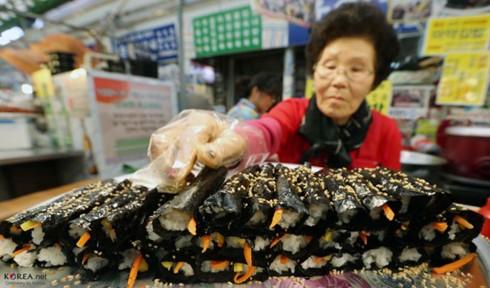 Khám phá ẩm thực tại ngôi chợ cổ nhất Seoul - Ảnh 2.