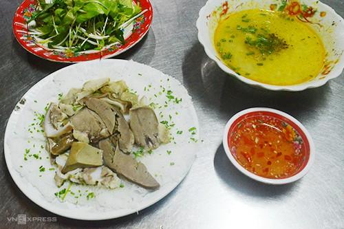 10 món ăn đường phố hấp dẫn ở Quy Nhơn - Ảnh 1.