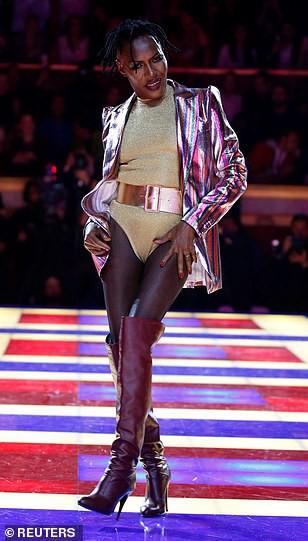 Siêu mẫu 70 tuổi chiếm sóng trên sàn diễn thời trang - Ảnh 9.