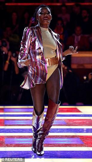Siêu mẫu 70 tuổi chiếm sóng trên sàn diễn thời trang - Ảnh 8.
