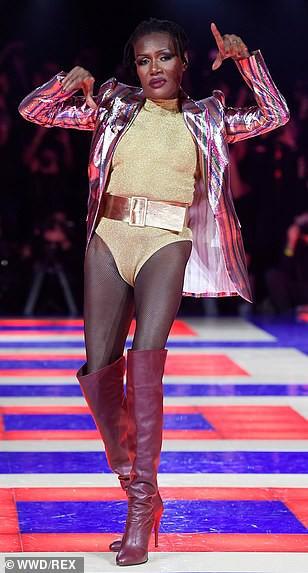 Siêu mẫu 70 tuổi chiếm sóng trên sàn diễn thời trang - Ảnh 6.