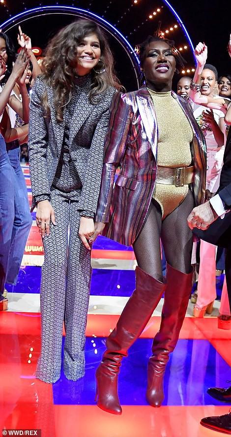 Siêu mẫu 70 tuổi chiếm sóng trên sàn diễn thời trang - Ảnh 11.