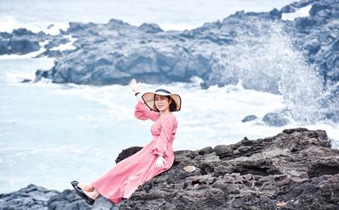 Bãi rêu cổ tích hút du khách khám phá trầm tích núi lửa Quảng Ngãi - Ảnh 11.