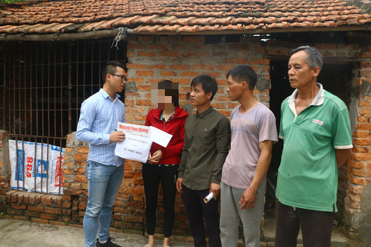 Mẹ nữ sinh lớp 9 bị đánh nghẹn ngào khi Báo Người Lao Động trao tiền hỗ trợ - Ảnh 1.