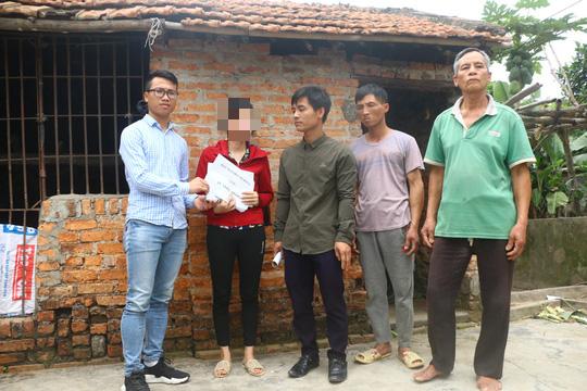 Mẹ nữ sinh lớp 9 bị đánh nghẹn ngào khi Báo Người Lao Động trao tiền hỗ trợ - Ảnh 2.