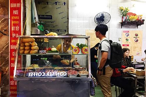 Hàng bánh mì 40 năm giữa lòng phố cổ Hà Nội - Ảnh 1.