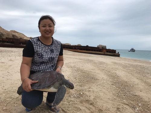 NHỮNG PHỤ NỮ VÌ CỘNG ĐỒNG (*): Bà mụ của rùa biển Hòn Cau - Ảnh 1.