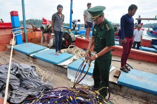 Tàu Trung Quốc đâm chìm tàu cá Việt Nam ở Hoàng Sa - Ảnh 1.