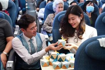 Khách bay bất ngờ được hãng hàng không gửi quà tặng 8-3 - Ảnh 3.