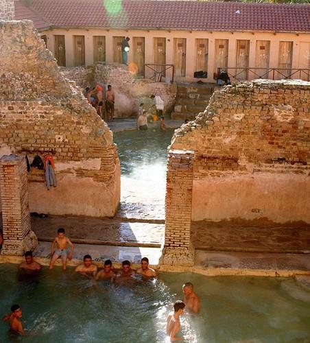 Nhà tắm công cộng 2.000 năm vẫn đông nghịt khách mỗi ngày - Ảnh 1.