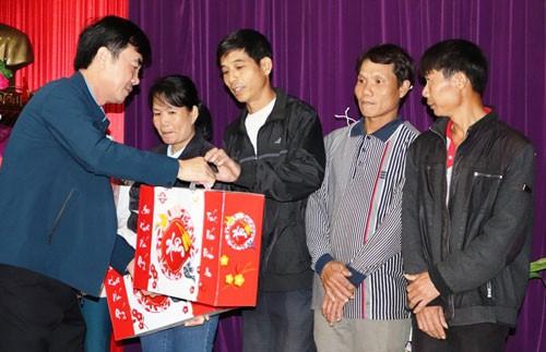 Quảng Bình chăm lo cho công nhân khó khăn - Ảnh 1.