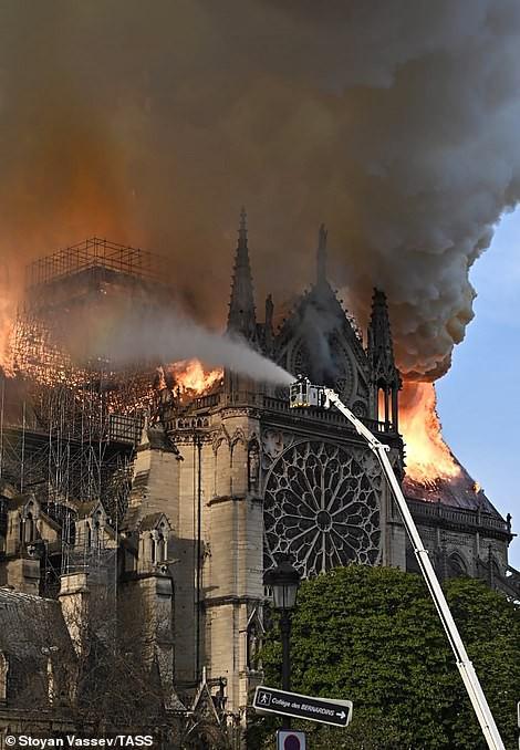 Cháy Nhà thờ Đức Bà ở Paris: Vì sao không thể chữa cháy từ trên không? - ảnh 1