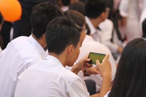 Học sinh dùng điện thoại: Nơi cấm, nơi cho - Ảnh 1.
