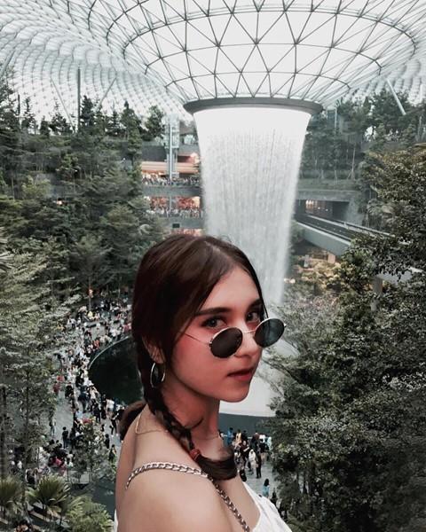 Du khách hào hứng check-in bên thác nước ở sân bay Changi - Ảnh 2.