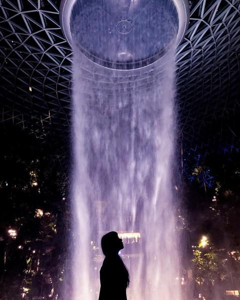 Du khách hào hứng check-in bên thác nước ở sân bay Changi - Ảnh 4.