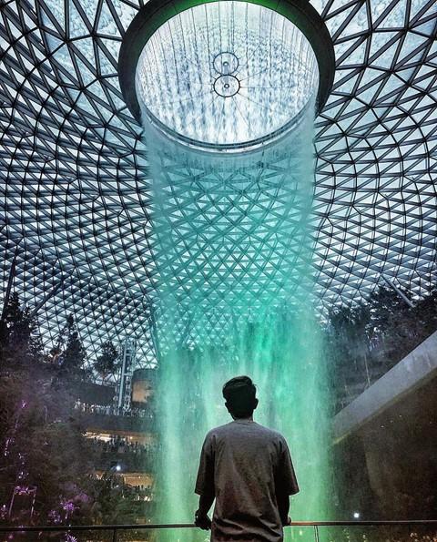 Du khách hào hứng check-in bên thác nước ở sân bay Changi - Ảnh 5.