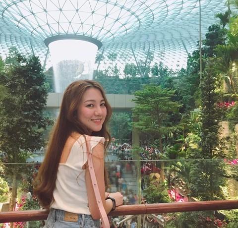 Du khách hào hứng check-in bên thác nước ở sân bay Changi - Ảnh 6.