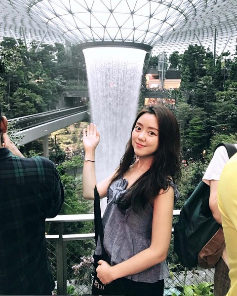 Du khách hào hứng check-in bên thác nước ở sân bay Changi - Ảnh 7.