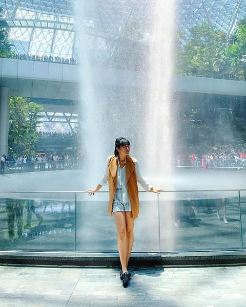 Du khách hào hứng check-in bên thác nước ở sân bay Changi - Ảnh 8.