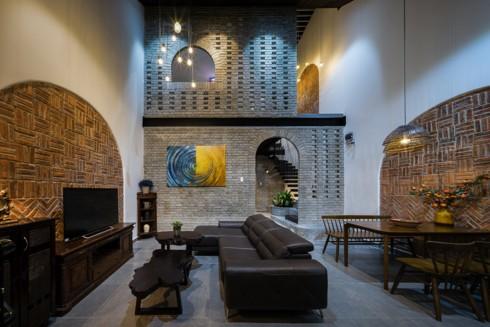 Ngôi nhà phố làm từ gạch trần thô mộc - Ảnh 1.