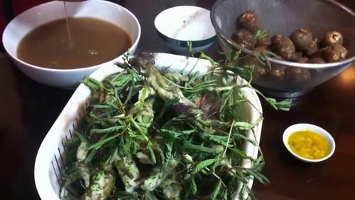 Trở về tuổi thơ với canh cua khoai sọ rau rút ngọt thơm, đậm đà - Ảnh 1.