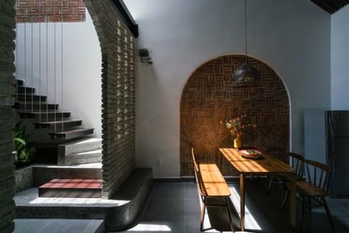 Ngôi nhà phố làm từ gạch trần thô mộc - Ảnh 7.