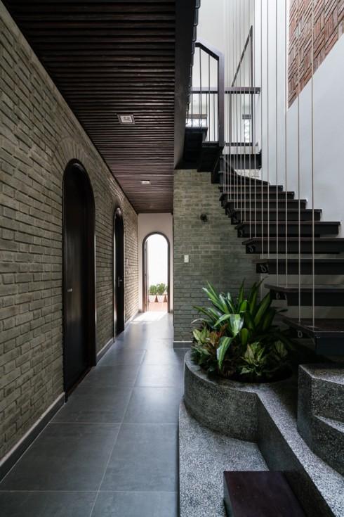 Ngôi nhà phố làm từ gạch trần thô mộc - Ảnh 9.