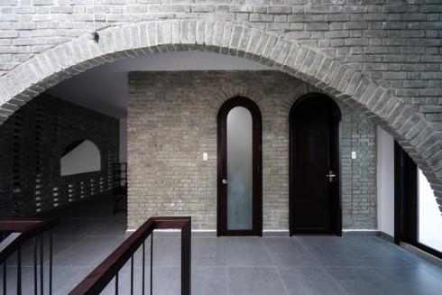 Ngôi nhà phố làm từ gạch trần thô mộc - Ảnh 11.