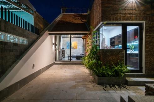 Ngôi nhà phố làm từ gạch trần thô mộc - Ảnh 6.