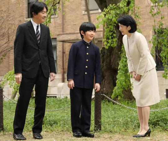 Cảnh sát Nhật truy tìm kẻ để 2 con dao gần bàn học của hoàng tử Nhật - Ảnh 1.