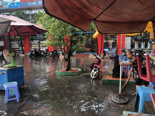 Khóc - cười sau cơn mưa vàng đổ xuống TP HCM - Ảnh 6.